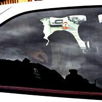 Moussa Coulibaly, à droite, qui a attaqué trois soldats en faction devant un centre communautaire juif à Nice le 3 février dernier, quitte le commissariat de Nice dans une voiture de police, le 5 février 2015. (Crédit : AP / Lionel Cironneau)