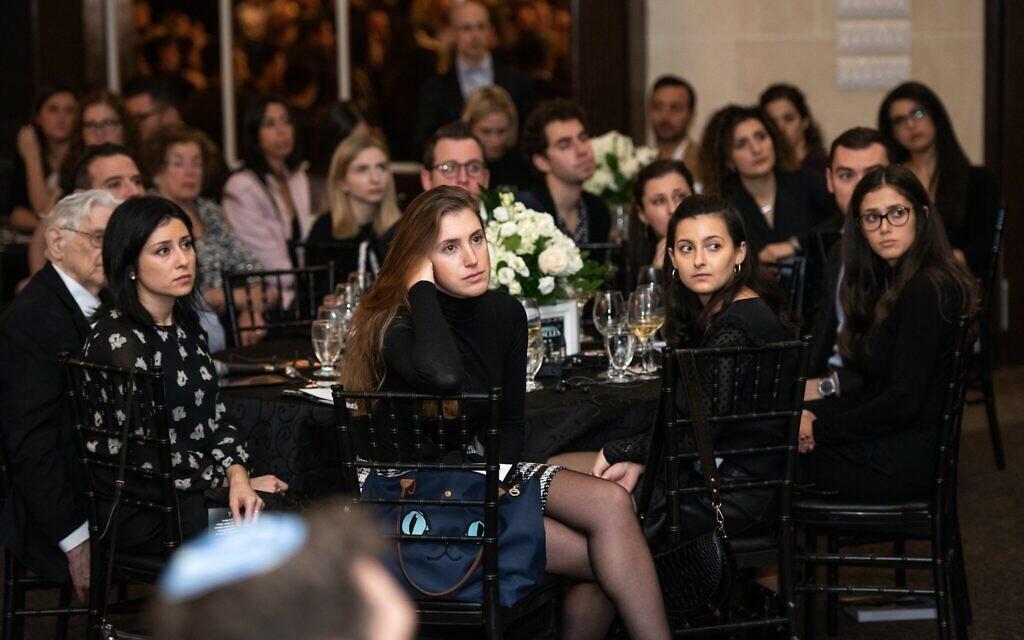 Des participants assistent à une présentation lors du Dinner of Miracles à Toronto, le 15 décembre 2019. (Liora Kogan)