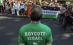 Des gens appellent au boycott d'Israël et à la fin des restrictions imposées à la bande de Gaza, à Paris, le 3 juin 2010. (Crédit : Jacques Brinon/ AP /File)