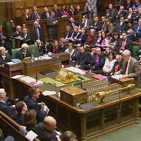 Photo d'illustration : Le leader du parti du Labour Party leader, Jeremy Corbyn, à droite, prononce un discours devant les députés à la chambre des communes à Londres avec le Premier ministre de l'époque David Cameron au centre, à gauche, le 2 décembre 2015 (Crédit : Parliamentary Recording Unit via AP Video)