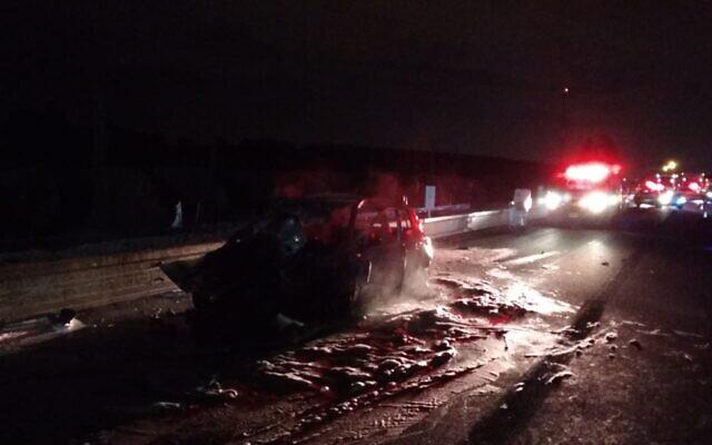 L'épave brûlée d'une voiture qui a heurté l'arrière d'un camion et s'est enflammée lors d'un accident de la route 25, le 10 décembre 2019. (Crédit : Magen David Adom)