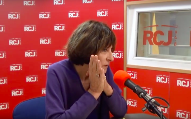 La journaliste Josyane Savigneau au micro de la radio RCJ. (Crédit : capture d'écran YouTube / RCJ)