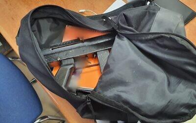 Une mitraillette trouvée parmi des livres d'école dans un sac appartenant à un lycéen arabe israélien, le 23 décembre 2019. Crédit : police israélienne)