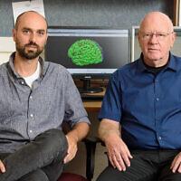Yitzhak Norman et le professeur Rafi Malach du département de neurobiologie à l'institut Weizmann des sciences (Crédit :  Amir Ben-David/Zman)