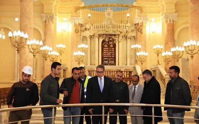 Le ministre égyptien des Antiquités, Khaled al-Anani, visitant la synagogue Eliyahu Hanavi le 20 décembre 2019. (Crédit : Ministère des Antiquités égyptiennes)