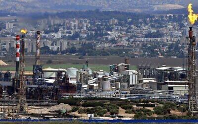 Vue de cheminées d'une raffinerie dans la baie de Haïfa (Crédit : Shay Levy/Flash90)