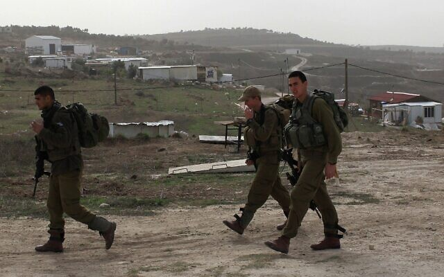 Des soldats de Tsahal patrouillent dans l'avant-poste illégal de Gilad en Cisjordanie, le 2 décembre 2009. (Kobi Gideon/Flash90)