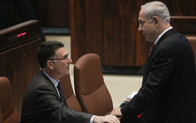 Le Premier ministre Benjamin Netanyahu (à droite) s'entretenant avec Gideon Saar, alors ministre de l'Éducation, à la Knesset, le 16 octobre 2012. (Miriam Alster/Flash 90/File)