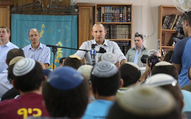 Le ministre de l'Économie Naftali Bennett prend la parole devant les étudiants de la Yeshiva Or Haim à Gush Etzion le 1er septembre 2014. (Crédit photo: Flash90)