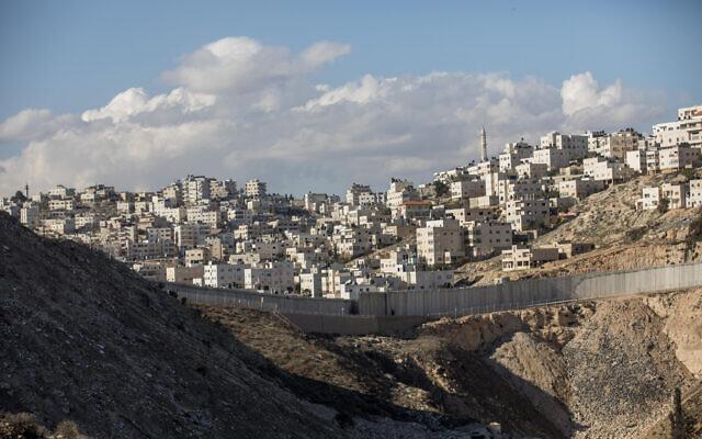 La ville palestinienne d'Al-Ram, aux abords de Jérusalem, le 1er janvier  2017. (Crédit : Yonatan Sindel/Flash90)