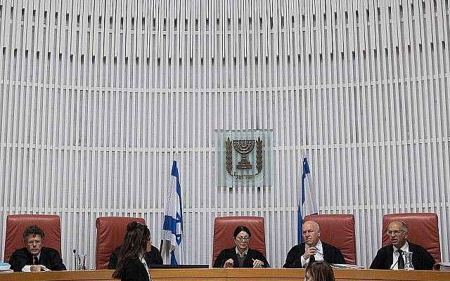 La présidente de la Cour suprême, Esther Hayut, (au centre), et d'autres magistrats du tribunal avant une audience, le 14 mars 2019. (Crédit : Hadas Parush/ Flash90)