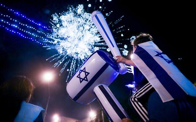 Les feux d'artifice lors d'un spectacle pour marquer le 71e anniversaire de l'indépendance d'Israël à Jérusalem le 8 mai 2019. (Crédit ; Hadas Parush/Flash90)