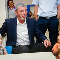 Photo d'illustration : Le ministre de l'Education  Rafi Peretz visite un jardin d'enfants à Givat Shmuel, le 29 août 2019 (Crédit : Roy Alima/Flash90)