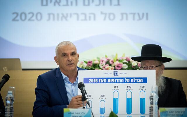 Le ministre des Finances Moshe Kahlon, à gauche, et le vice-ministre de la Sante Yaakov Litzman lors d'une conférence sur le budget de la santé 2020 , le 1er septembre 2019. (Crédit :Yonatan Sindel/Flash90)