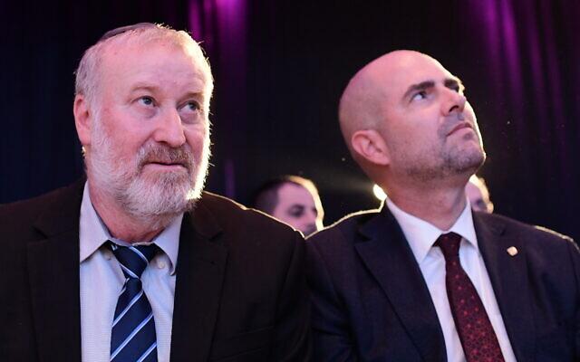 Le procureur-général Avichai Mandelblit, (à gauche), et le ministre de la Justice Amir Ohana lors de la conférence annuelle sur la Justice à Airport City, près de Tel Aviv, le 3 septembre 2019. (Crédit : Tomer Neuberg/Flash90)