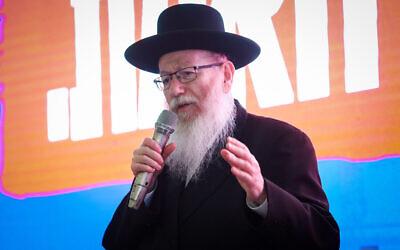 Le vice-ministre de la Santé Yaakov Litzman lors de la soirée électorale à Petah Tikva pour son parti Yahadout HaTorah, le 18 septembre 2019 (Crédit :  Shlomi Cohen/Flash90)