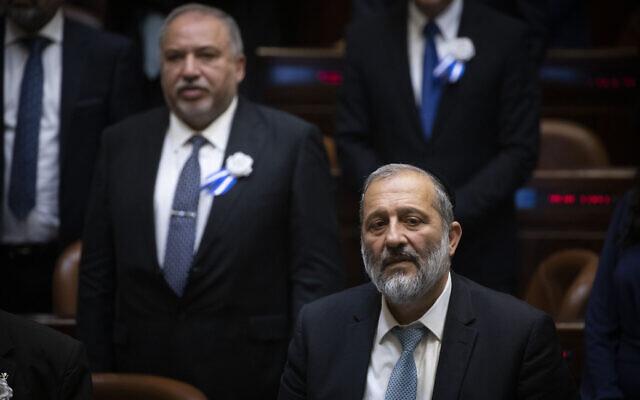 Le dirigeant du Shas, le ministre de l'Intérieur  Aryeh Deri, devant à droite, et le leader de Yisrael Beytenu, le député Avigdor Liberman, à l'arrière à gauche, lors de l'inauguration de la 22è Knesset à Jérusalem, le 3 octobre 2019 (Crédit : Hadas Parush/ Flash90)