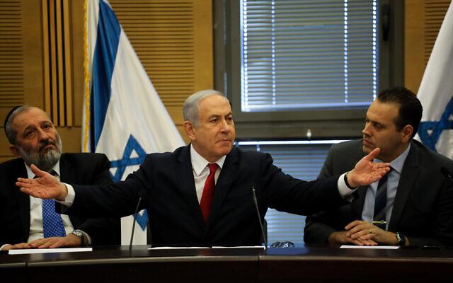 Le Premier ministre Benjamin Netanyahu, au centre, lors d'une réunion de l'alliance de 55 membres de son parti du Likud et autres formations de droite et religieuses à la Knesset, le 18 novembre 2019 (Crédit :  Hadas Parush/Flash90)