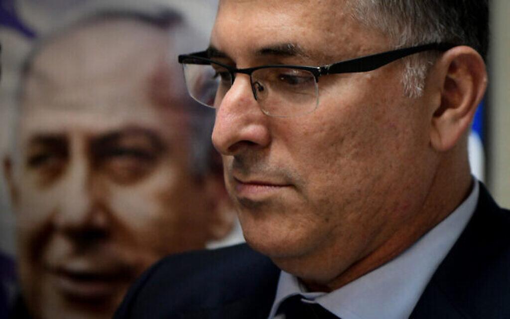 Gideon Saar, membre Likud du Parlement, avec des partisans du Likud lors d'un événement à Hod Hasharon, le 25 novembre 2019. (Yossi Zeliger/Flash90)