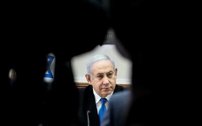 Le Premier ministre israélien Benjamin Netanyahu dirige la réunion hebdomadaire de cabinet au bureau du Premier ministre de Jérusalem, le 1er décembre 2019 (Crédit :  l Marc Israel Sellem/POOL)