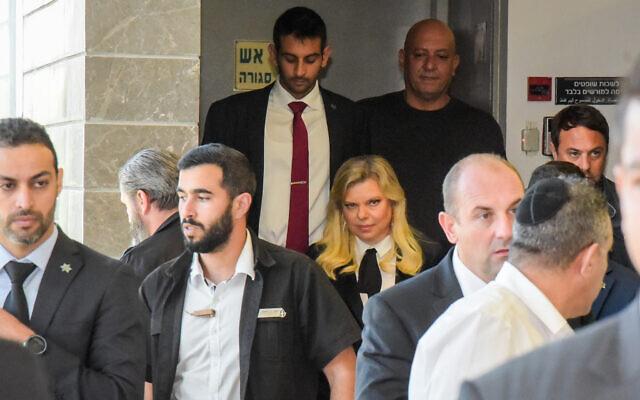 Sara Netanyahu, l'épouse du Premier ministre, à son arrivée au tribunal de première instance d'Herzliya pour témoigner dans le procès en diffamation intenté par Menny Naftali, l'ancien directeur de la résidence du Premier ministre, le 2 décembre 2019. (Avshalom Sassoni/Flash90)