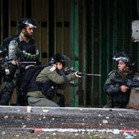 L'armée israélienne affronte des manifestants palestiniens à Hébron, en Cisjordanie, le 9 décembre 2019. (Crédit : Wisam Hashlamoun/Flash90)