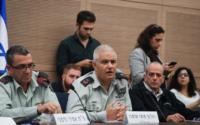 Le général de division Moti Almoz, commandant de la Direction des ressources humaines de Tsahal, (au centre), et le général de brigade Amir Vadamni, chef de la Division de la planification et de la gestion des ressources humaines, (à gauche), participent à une commission défense et affaires étrangères à la Knesset, le 9 décembre 2019. (Yonatan Sindel/Flash90)