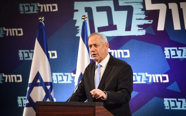 Le chef du parti Kakhol lavan Benny Gantz au cours d'une réunion de faction à Tel Aviv, le 12 décembre 2019 (Crédit : Flash90)