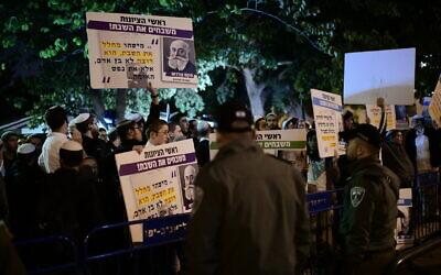 Des Israéliens religieux manifestent contre les services de bus à Shabbat devant la maison du maire de Tel Aviv, Ron Huldai, à Tel Aviv, le 14 décembre 2019 (Crédit : Tomer Neuberg/Flash90)
