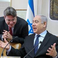 Le Premier ministre Benjamin Netanyahu (à droite) avec le ministre des Sciences Ofir Akunis (à gauche) au début de la réunion hebdomadaire du cabinet le 22 décembre 2019, au bureau du Premier ministre à Jérusalem. (Marc Israel Sellem/Pool/Flash90)