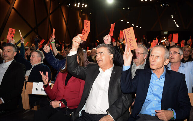 Amir Peretz (C), président du parti Travailliste/Gesher, et des membres du Parti travailliste lors de la conférence du Comité central du Parti à Rishon Lezion, le 25 décembre 2019. (Flash90)