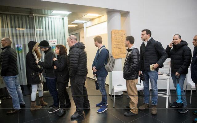 Des membres du parti Likud à un bureau de vote pour voter lors des primaires pour la direction du Likud, à Tel Aviv, le 26 décembre 2019. (Yonatan Sindel/Flash90)