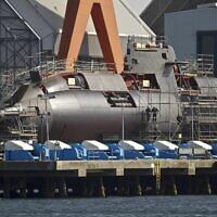 Un sous-marin israélien Dolphin aux chantiers navals de Kiel, dans le nord de l'Allemagne (Crédit : AP / Philipp Guelland)
