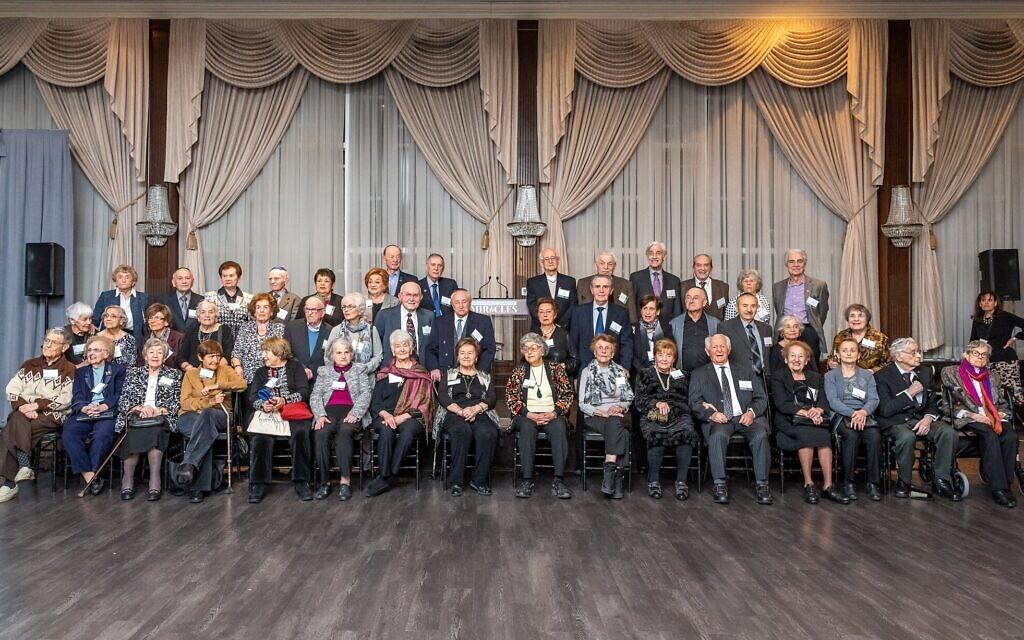 Une photo de groupe des 45 survivants de la Shoah qui ont assisté au Dinner of Miracles à Toronto, le 15 décembre 2019. (Liora Kogan)
