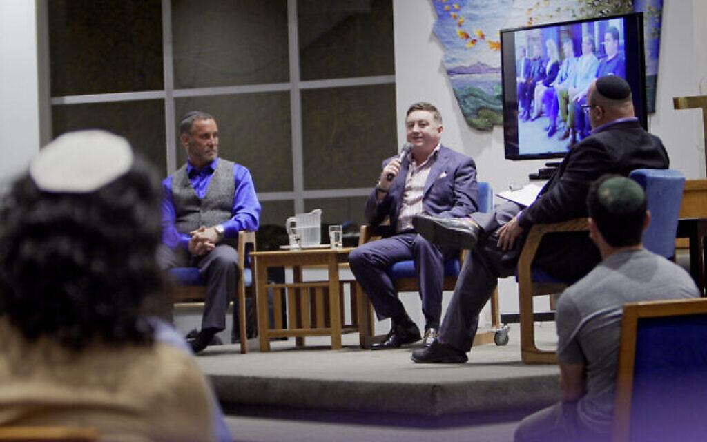 Tony McAleer, suprématiste blanc repenti, parle avec des intervenants juifs et le public dans cette scène de 'Healing From Hate.' (Crédit : Big Tent Productions)