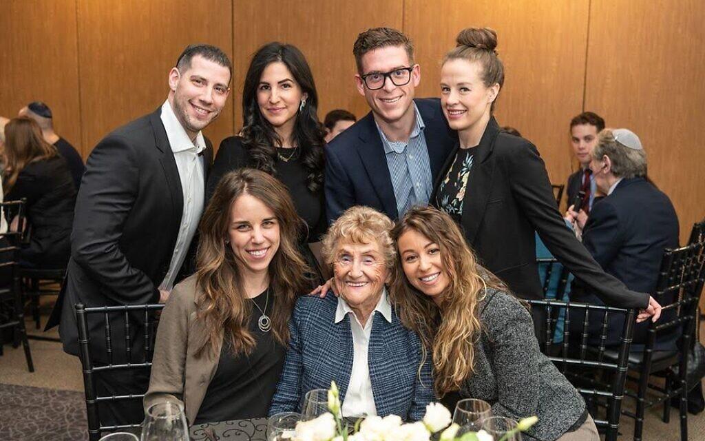 Rose Lipszyc, survivante de la Shoah, (au centre), et sa petite-fille Brittney Hofbauer, (à droite), posent avec leurs voisins de table lors du Dinner of Miracles à Toronto, le 15 décembre 2019. (Liora Kogan)
