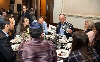 Sol Nayman, survivant de la Shoah, parle de ses expériences lors du Dinner of Miracles à Toronto, le 15 décembre 2019. (Liora Kogan)