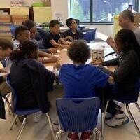 Des élèves en classe à la Harlem Hebrew Academy. (Cathryn J.Prince/ Times of Israel)