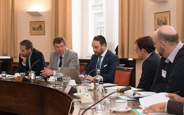 Michael Freilich, au centre, vêtu d'une kippah, lors d'une réunion avec des députés et des militants pro-Palestiniens à Bruxelles, le 7 novembre 201. (Crédit : Inge Verhelst/Belgian Federal Parliament via JTA)