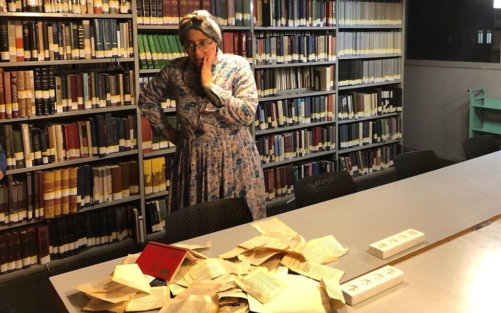 La poétesse Miriam Yalan-Stekelis choquée par la profanation de livres à l la Bibliothèque nationale d'Israël, pendant une soirée spéciale de Hanoukka, ,le 23 décembre 2019. (Crédit : Amanda Borschel-Dan/Times of Israel)