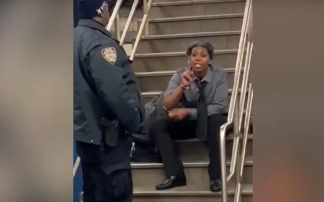 Une femme, identifiée par la police de New York comme étant Zarinah Ali, se déchaîne contre les Juifs dans une station de métro à New York le 12 décembre 2019. (Capture d'écran : YouTube)