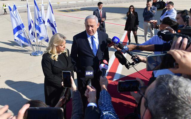 Le Premier ministre Benjamin Netanyahu et son épouse Sara s'adressent à la presse depuis le tarmac de l'aéroport Ben Gurion, le 4 décembre 2019. (Kobi Gideon / GPO)