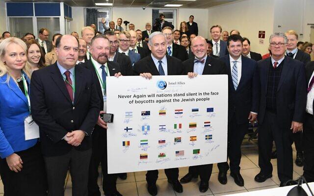 Le Premier ministre Benjamin Netanyahu rencontre des députés de 25 pays pro-Israël à Jérusalem, le 9 décembre 2019. (Crédit : Amos Ben-Gershom/GPO)