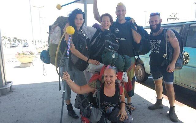 Shir Talor (devant), et de gauche à droite derrière, Michal Frampshes-Vexler, Yael Lamfrom, Roi Frampshes-Givony, Aviv Losh à l'aéroport Ben Gourion, juillet 2019. (Autorisation)