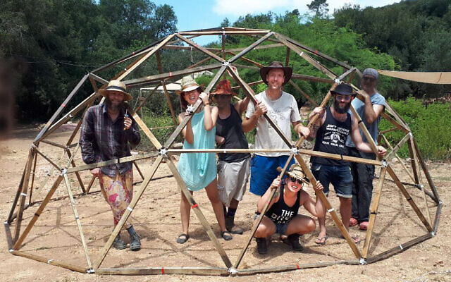 Ofer Carmon, Yael Lamfrom, Roi Frampshes-Givony, Shir Talor, Aviv Losh construisant un dôme dans la forêt du Carmel, août 2019. (Autorisation)