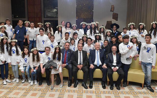 Le président israélien israélien reçoit 60 adolescents touchés par le terrorisme pour fêter leurs bar mitsva et bat mitsva, à Jérusalem, le 19 décembre 2019. (Crédit : Kobi Gideon / GPO)