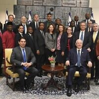 Le Président Reuven Rivlin (en bas à droite) accueille un groupe d'ambassadeurs de l'ONU à la résidence du Président, le 11 décembre 2019. (Mark Neiman/GPO)