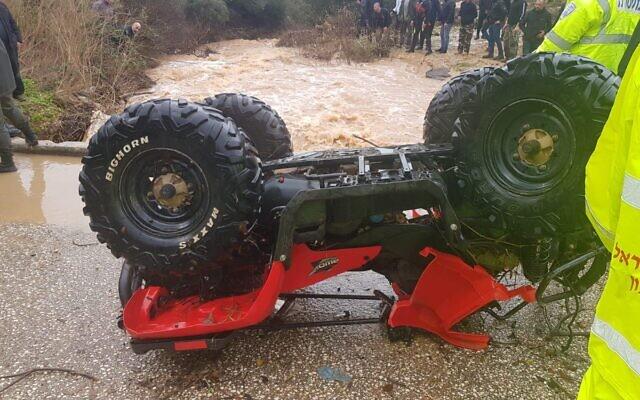 Un quad renversé après une crue qui a emporté deux adolescents ; l'un des deux est porté disparu, le 26 décembre 2019. (Crédit : sapeurs-pompiers israéliens)