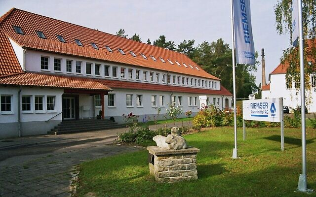 Entrée de la société Riemser Arzneimittel AG, ancienne usine de production de vaccins pour animaux. Au premier plan, le monument au cochon d'Inde. (Creative Commons / Wikimedia Commons)
