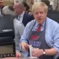 Boris Johnson distribue des beignets dans une boulangerie casher de Golden Greer,au nord de Londres (Capture d'écran)